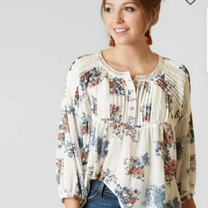TRADE NWT Gimmicks by BKE Floral Top